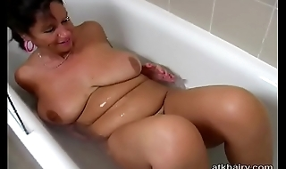 Broad in the beam tit British hairy MILF Kimberly plays with her self in the bathtub